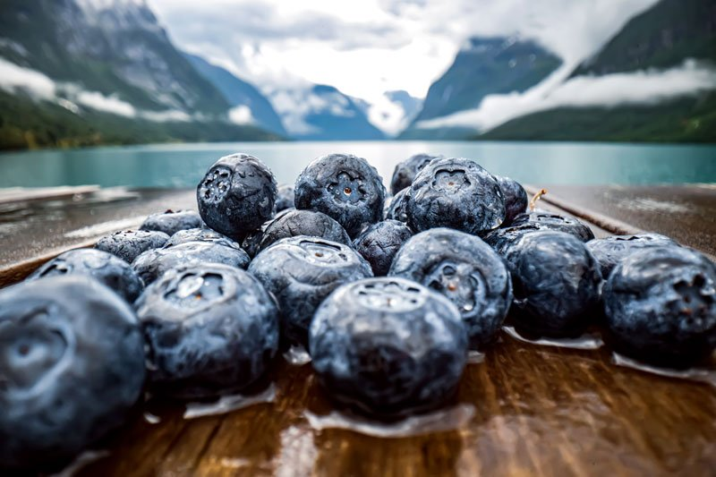 blueberry-antioxidants-on-a-wooden-table-on-a-back-UM9X7G7